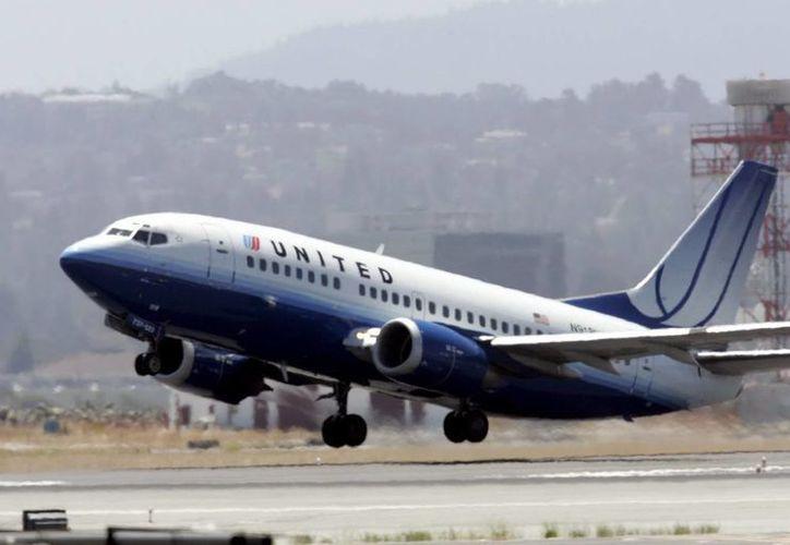 Los pasajeros de United aguardaron hasta que la aerolínea envió otro piloto desde San Francisco (California). (EFE/Archivo)