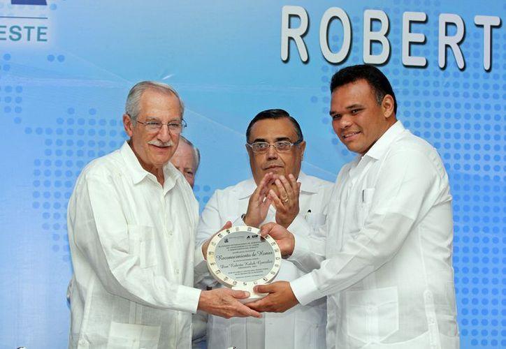 Kobeh González (i) fue reconocido por el gobernador Rolando Zapata por su amplia trayectoria en la actividad aérea. (Cortesía)