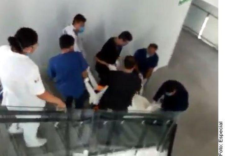 En un video grabado en el hospital se observa cómo camilleros bajan un cadáver por las escaleras. (Foto: Reforma)