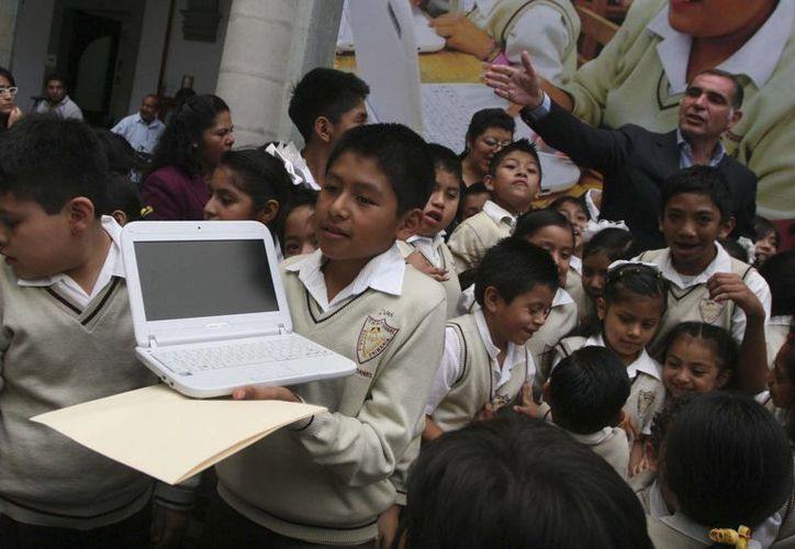 La entrega de las laptops es para  cerrar poco a poco la 'brecha digital' que hay en México. (educacionyculturaaz.com/contexto)