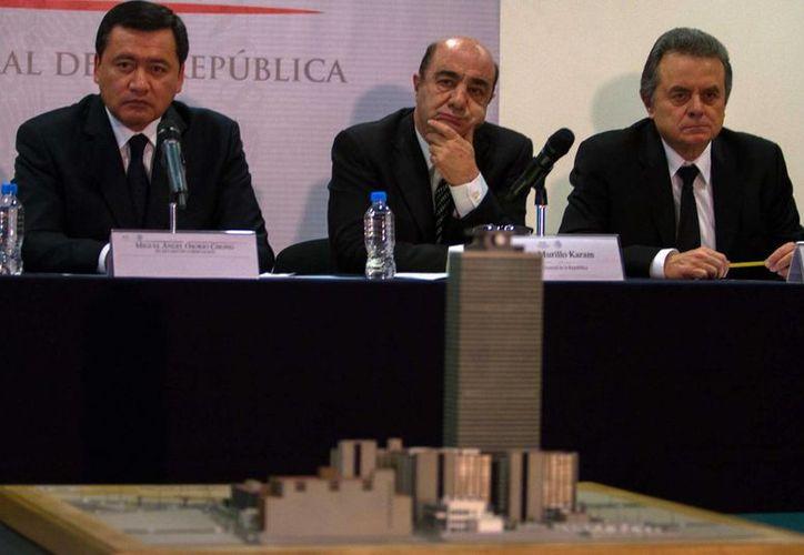 El procurador Jesús Murillo Karam (c) dio los detalles de las investigaciones realizadas en el edificio B2 de Pemex. (Notimex)