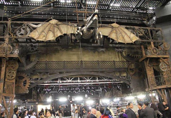 La bocaescena del teatro mide 15 metros y el arco del proscenio fijo está a 15 metros de altura, lo que permite montar cualquier producción por más grande y compleja que sea. (holatelcel.com)