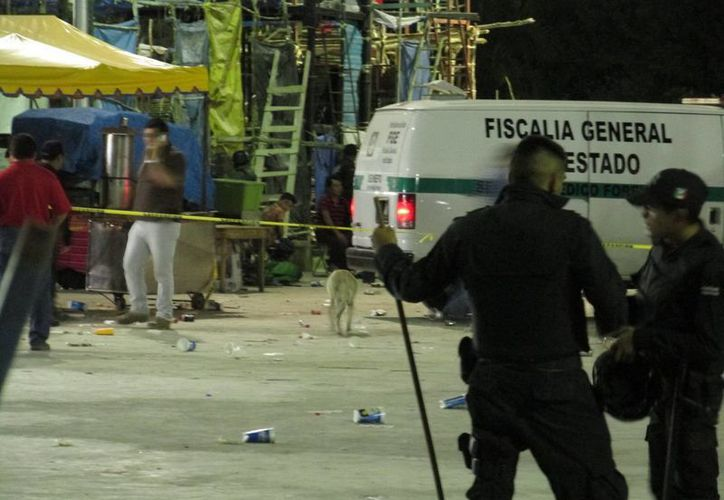 Imagen del lugar de los hechos durante el levantamiento del cuerpo del joven apuñalado en Kanasín. (Milenio Novedades)