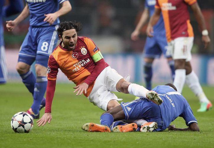 El duelo entre el local Galatasaray y el Chelsea fue muy cerrado, como lo demuestra esta acción en la que el capitán turco Selcuk (i) Inan pelea por el balón contra Ramires. (Agencias)