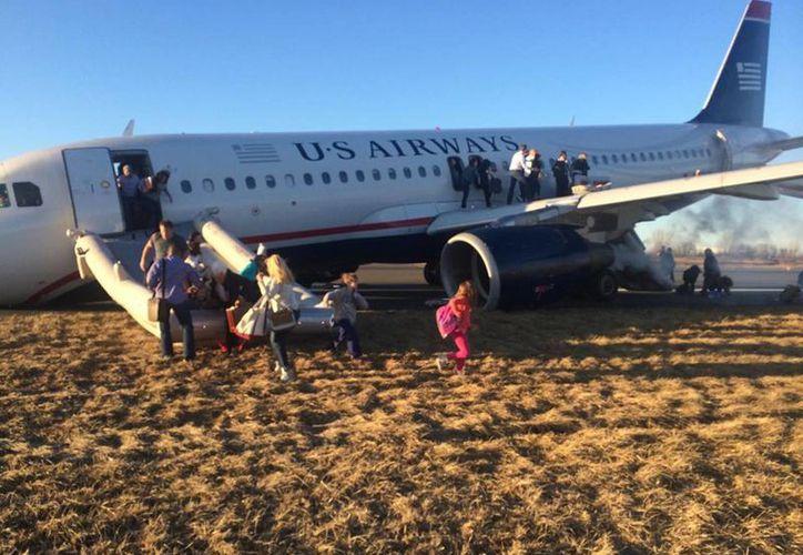 Los pasajeros del vuelo 1702 de US Airways con destino a Fort Lauderdale, Florida, tuvieron que trasbordar otro aeroplano. (Agencias)