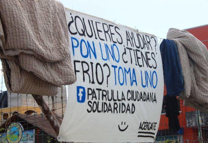 Un 'tendedero ciudadano' fue instalado en la avenida 30 con calle 26 de Playa del Carmen. (Daniel Pacheco/SIPSE)