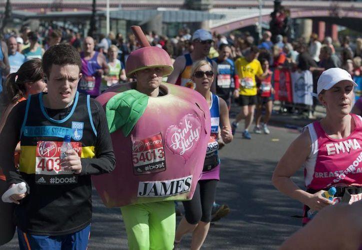 En el Maratón de Londres participaron más de 36 mil corredores profesionales y aficionados. (EFE)