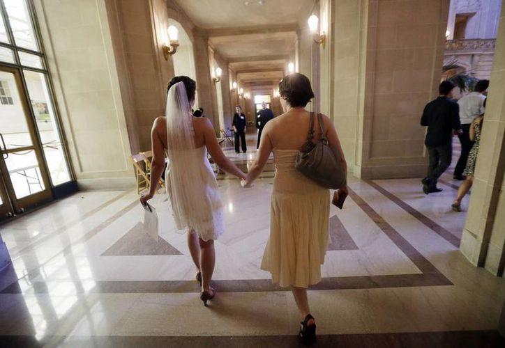 Cynthia Wides y Elizabeth Carey caminan tomadas de la mano mientras se dirigen a casarse en el ayuntamiento de San Francisco. (Agencias)