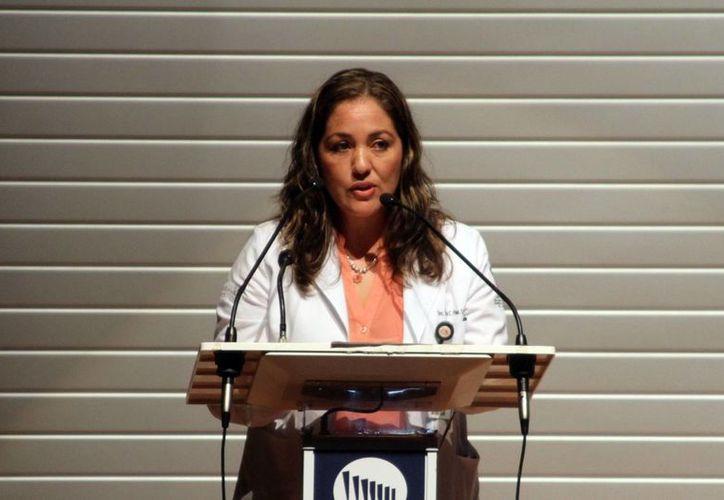 La jefa del departamento de Medicina Preventiva de la SSE, Walquiria Páez Cantón, durante su participación en el IV Simposio de Prevención y Atención de Intoxicaciones por Animales Ponzoñosos en Yucatán. (César González/SIPSE)