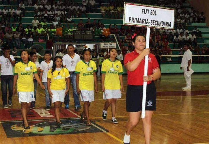 Los alumnos desfilaron en la inauguración de los juegos escolares. (Milenio Novedades)
