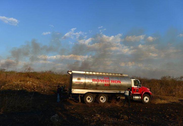 En Yucatán la temporada de calor extremo está asociada con incendios forestales. La imagen es de un siniestro a las afueras de Mérida. (Luis Pérez/SIPSE)