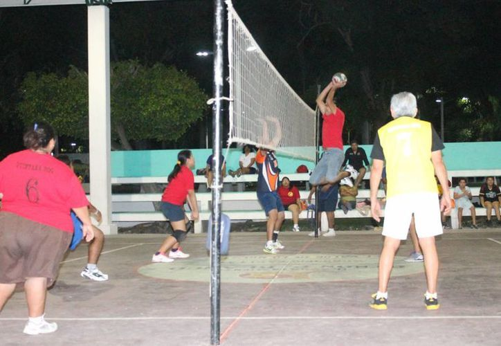 Los equipos de la rama femenil fueron los primeros en entrar en acción en esta velada deportiva . (Miguel Maldonado/SIPSE)