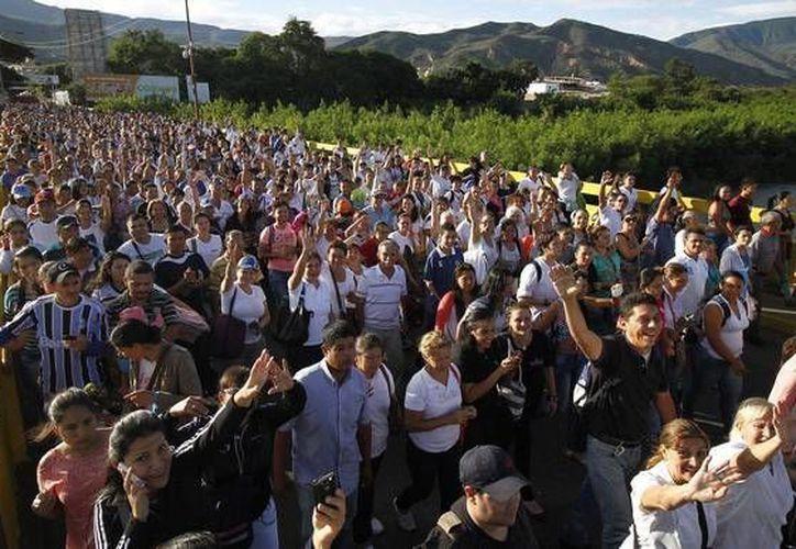 Venezolanos cada vez ven más su futuro en el extranjero. En la foto, cruzan la frontera con Colombia en busca de alimentos y medicinas. (ansalatina.com)