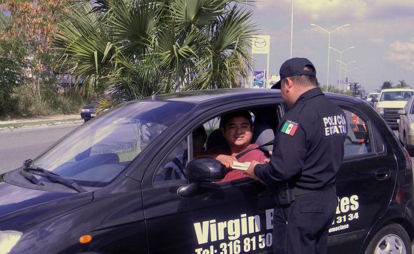 Algunos automovilistas aceptaron de buena gana las multas que se 'ganaron', pero otros amenazaron con hacer que despidan a los agentes que los multaron. (SIPSE)