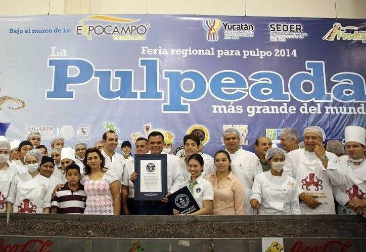 """El Gobernador (c) recibió de manos de Annie Nguyen, jueza de los Guinness World Records, el certificado de que Yucatán preparó """"la pulpeada más grande del mundo"""" con pulpo maya. (Cortesía)"""