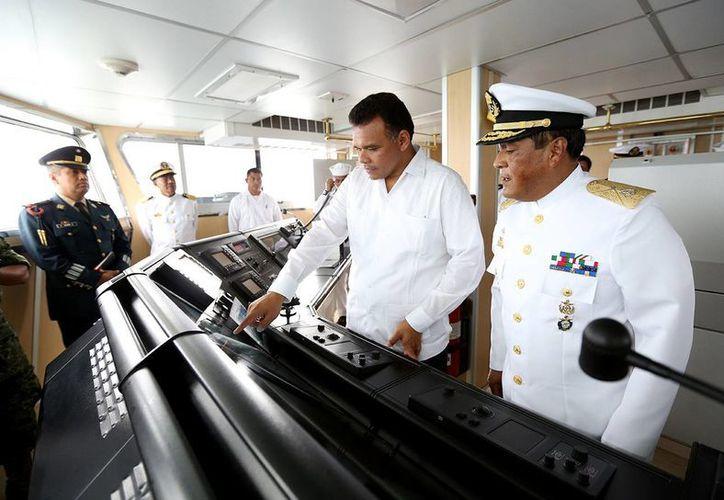 El gobernador de Yucatán, Rolando Zapata Bello, recibe explicaciones del control de mando del buque insignia 'Bicentenario de la Independencia'. (SIPSE)