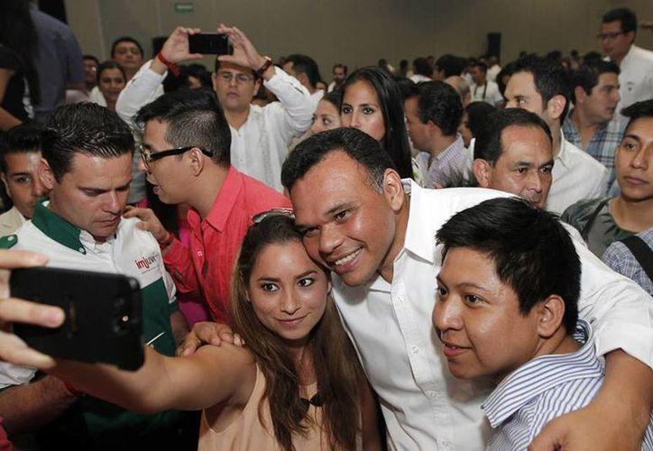 Tras inaugurar el Encuentro del Imjuve, Rolando Zapata (c) se tomó la 'selfie' del recuerdo. (Facebook/Secretaria de la Juventud)