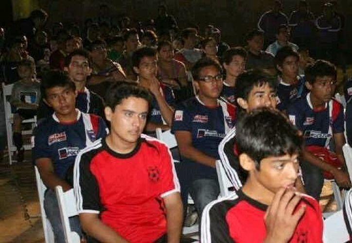 El objetivo del programa es acercar a la práctica del futbol a adolescentes que viven en situación de riesgo o en conflicto con la ley. (SIPSE/Contexto)