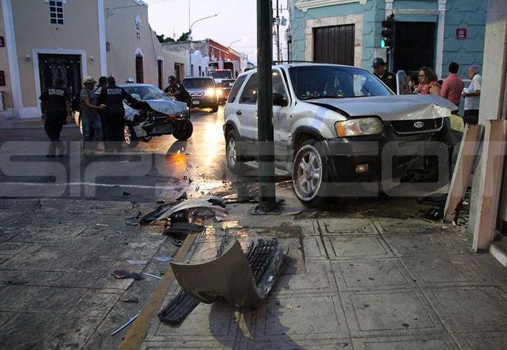 El vehículo se proyectó hacia la banqueta y finalmente impactó contra el local de la Financiera Independencia. (SIPSE)