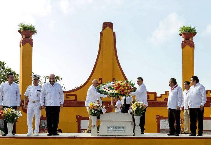 Las autoridades asistentes montaron una guardia de honor y depositaron un arreglo floral en la tumba de Felipe Carrillo Puerto. (SIPSE)