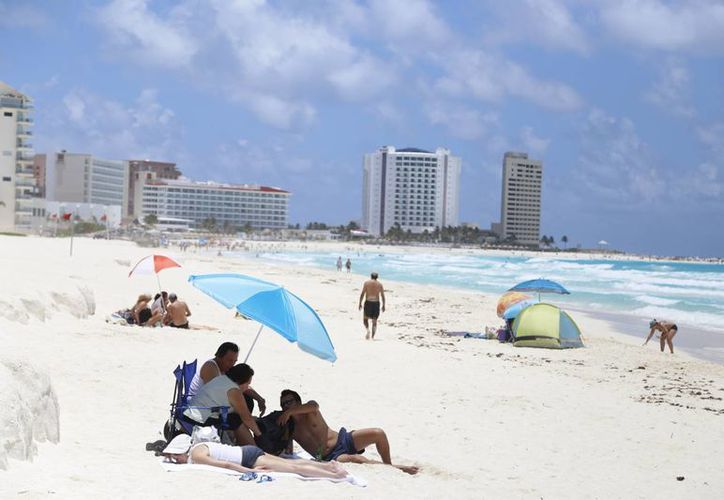 El clima cálido atrae al turismo que vive en países donde el invierno es muy intenso. (Israel Leal/SIPSE)