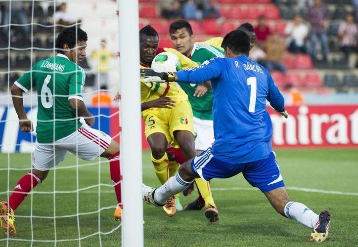 El mexicano Armando Zamorano (i) y su portero Richard Sanchez, enfrentan al maliense Samba Diallo. (Agencias)