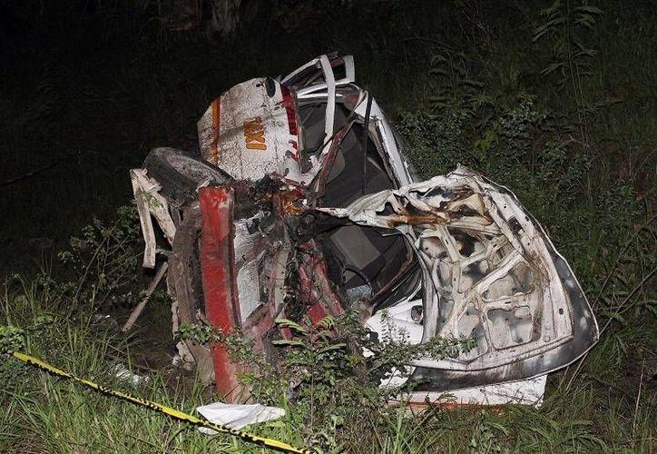 Un taxi que salía de una brecha fue impactado de lleno por una camioneta que iba sobre la carretera Tizimín-Colonia Yucatán. El taxista no sobrevivió. (SIPSE)