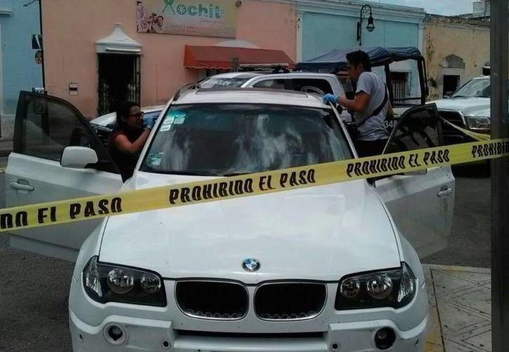 Una camioneta BMW fue robada en Mérida, en el rumbo de Santa Ana, el sábado pasado. 'Apareció' estacionada, en San Juan, este martes por la mañana. (Luis Fuente/SIPSE)