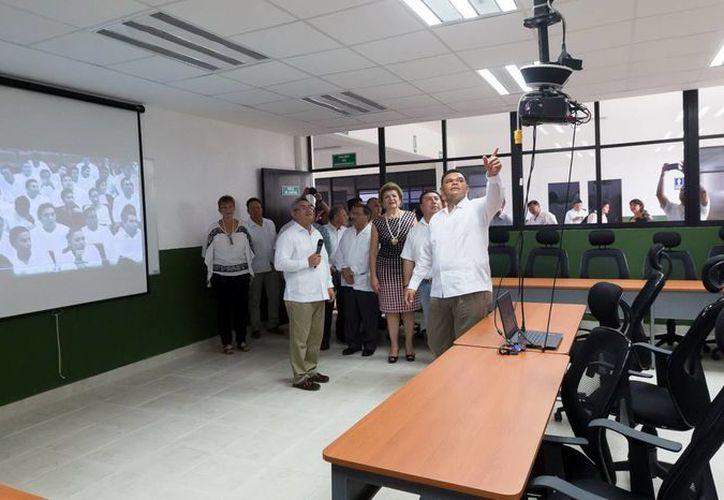 El gobernador Rolando Zapata Bello, al inaugurar una nueva unidad académica en el Tec de Motul. (Milenio Novedades)