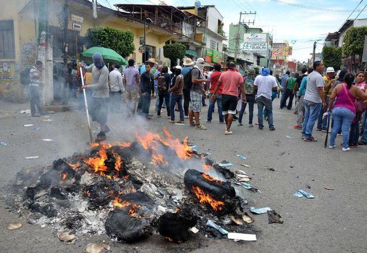Desconocidos robaron más de 2,000 boletas electorales en El Durazno, Tixtla, Guerrero. La imagen no corresponde al hecho, sino a la protestas de profesores del CNTE, en Chilpancingo, durante la cual quemaron material electoral, y está utilizada con fines ilustrativos. (AP)