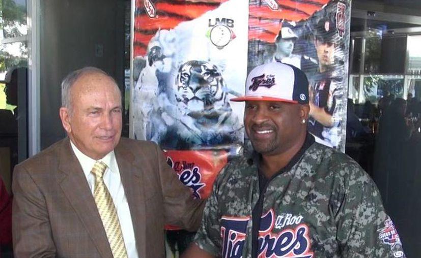 """Greg Vaughn se dijo contento de trabajar con los Tigres, la bienvenida se la dio el presidente felino, Cuauhtémoc """"chino"""" Rodríguez. (Redacción/SIPSE)"""