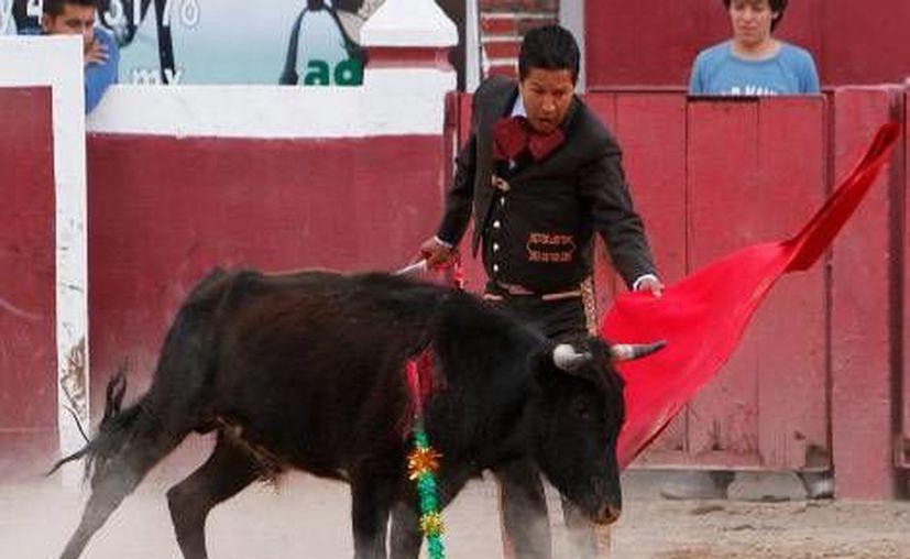 """Tiene 35 años y se viste de charro para torear, """"no de luces"""" porque no es profesional"""", aclara. (Daniel Cruz/Milenio)"""