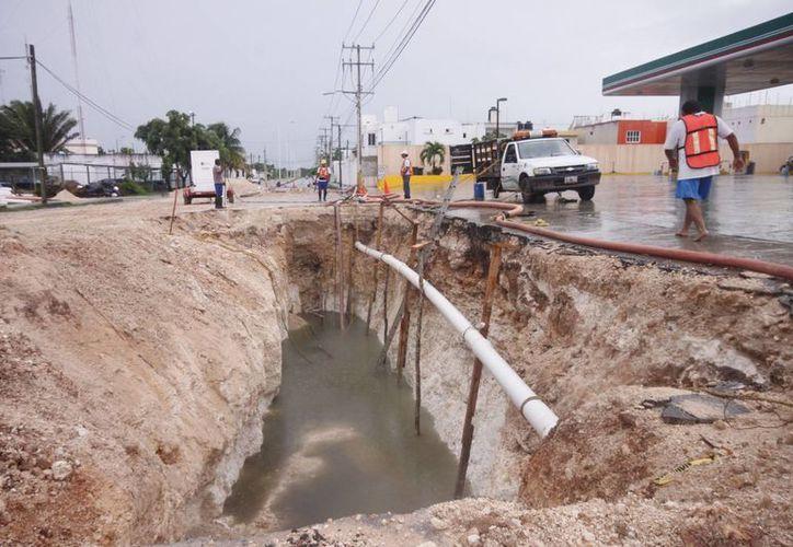 Las obras del cambio de tubería deberán concluir en diciembre, pero las precipitaciones pluviales las han retrasado. (Harold Alcocer/SIPSE)