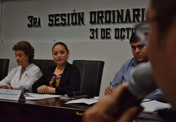 La presidenta municipal de Cozumel, Perla Tun Pech, fue cuestionada por el regidor José Luis Chacón Méndez. (Gustavo Villegas/SIPSE)
