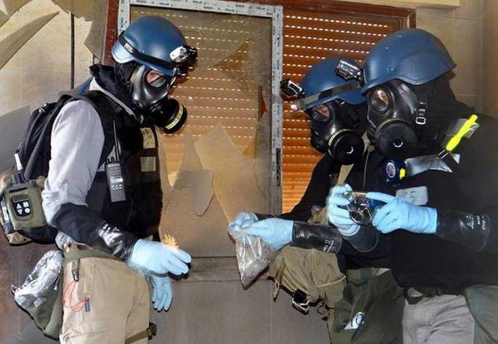 Imagen del 2013 en la que se ve a miembros de investigación de la ONU, quienes tomaron muestras en Damasco, donde se realizó el ataque químico. (Agencias)