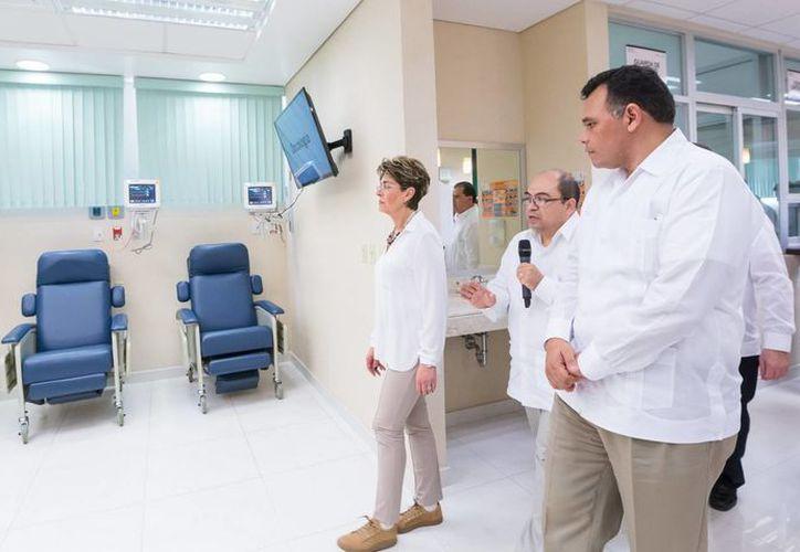 El gobernador Rolando Zapata Bello y la secretaria federal de Salud, Mercedes Juan López, realizan un recorrido por las nuevas instalaciones del Hospital O'Horán. (SIPSE)