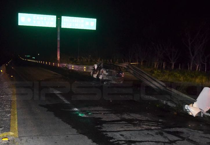 Tras chocar con la valla, el vehículo Corsa quedó totalmente quemado. (SIPSE)