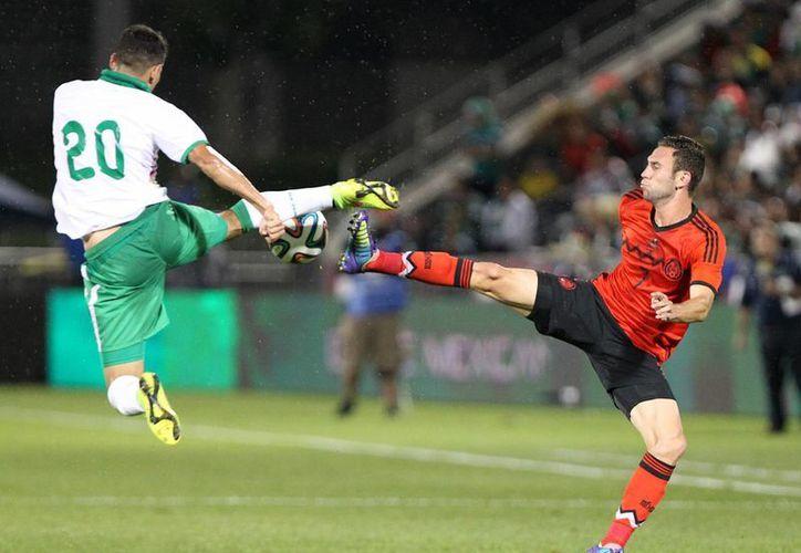 Con gol de Miguel Layún (d), México apenas pudo ganar a una débil Bolivia en partido amistoso este martes en Estados Unidos. (Notimex)