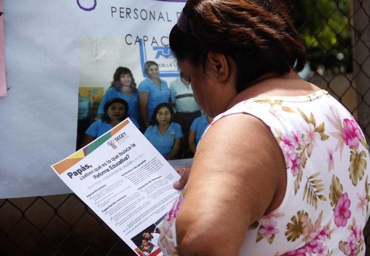 Se distribuyeron volantes a los padres de familia para informarles de la reforma educativa. (Milenio Novedades)