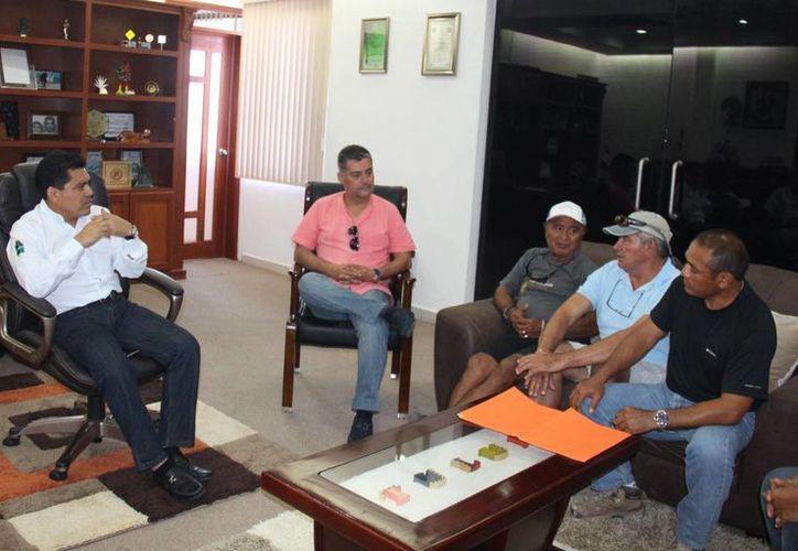 David Balam, presidente municipal, escuchó las necesidades planteadas por los habitantes de Punta Allen. (Redacción/SIPSE)