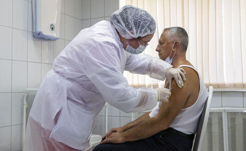 Un trabajador médico ruso administra una inyección de la vacuna experimental contra el coronavirus Sputnik V de Rusia en Moscú, Rusia, el martes 15 de septiembre de 2020. (Foto AP / Alexander Zemlianichenko Jr)