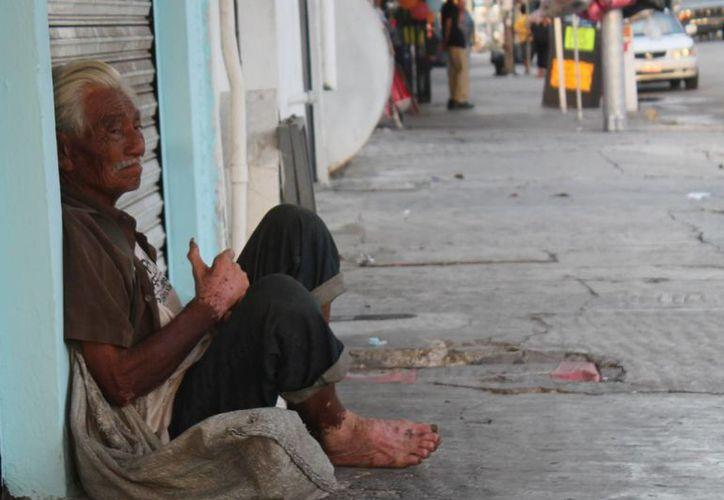 En las calles de Cancún es común ver a las personas de la tercera edad pidiendo limosna. (Hugo Zúñiga/SIPSE)