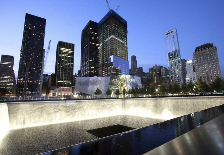 "Imagen de una de las fuentes del parque y museo ""National September 11 Memorial"" en el World Trade Center de Nueva York. (Archivo/EFE)"