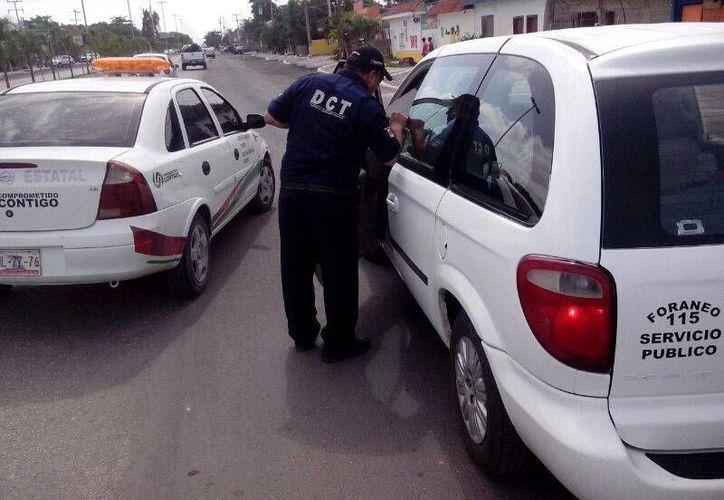 En el enfrentamiento que tuvieron ayer taxistas de Tulum y de Felipe Carrillo Puerto intervino la Secretaría de Infraestructura y Transporte.  (Rossy López/SIPSE)