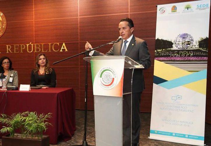 El gobernador Carlos Joaquín González inauguró el segundo foro en el Senado de la República. (Cortesía)