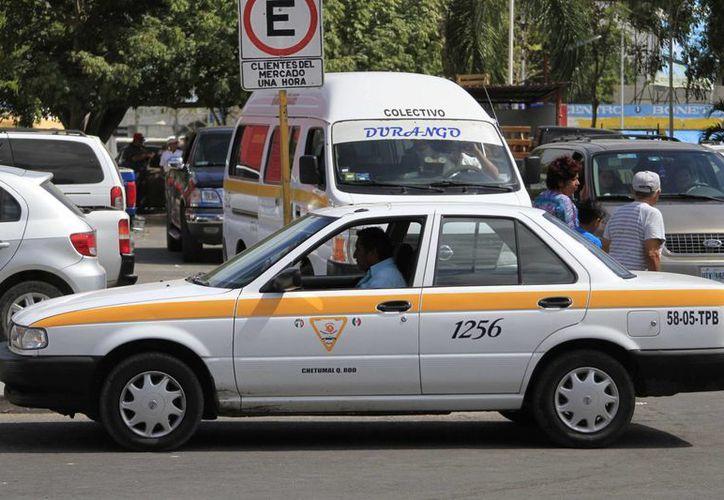 Los taxistas deben portar el uniforme, no llevar gorras ni calzado de playa cuando laboran la unidad. (Harold Alcocer/SIPSE)