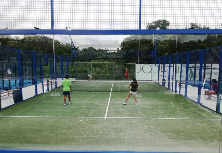Ayer se jugó la tercera etapa del Torneo Journey Padel Arena. (Raúl Caballero/SIPSE)