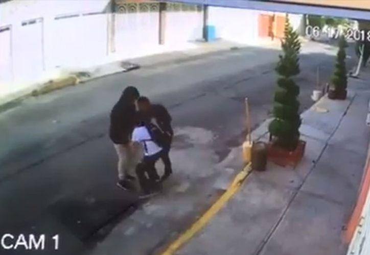 Las imágenes captadas por una cámara de seguridad muestran a un niño que es despojado. (Captura)
