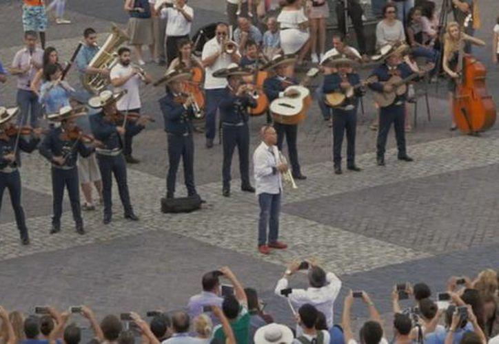 El video del momento en que mariachis mexicanos interpretan temas en la Plaza Mayor de Madrid registra más de dos millones de reproducciones en dos días. (Captura de pantalla)
