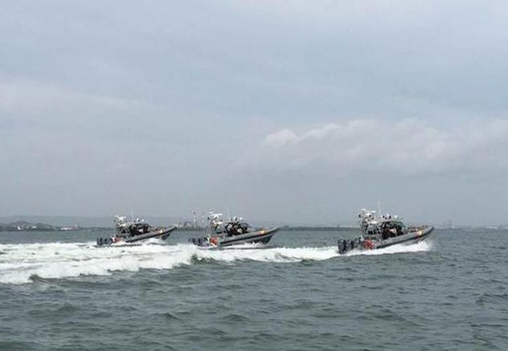 Los 34 cubanos fueron capturados por funcionarios de la Estación de Guardacostas del puerto de Cartagena de Indias en Colombia. Imagen de integrantes de la Armada Nacional durante un operativo contra migrantes en Colombia. (@armadacolombia)